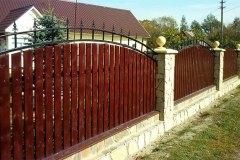 Комбинированный забор из камня, дерева и металла
