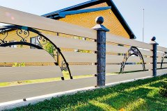 Горизонтальный забор из досок с металлическими столбами