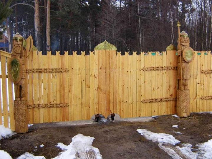 Деревянные ворота с элементами резьбы