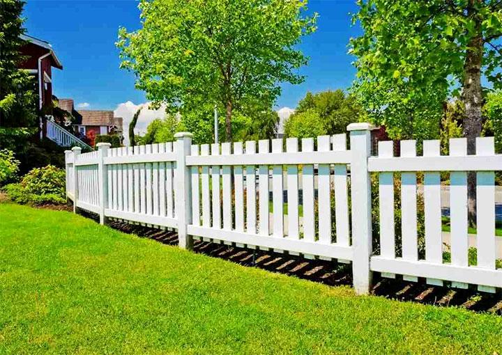 Белый забор на участке