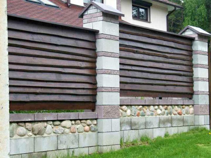 Деревянный забор с пролетами из камня