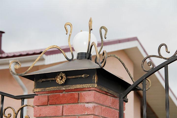 Колпак на столб с элементами ковки и светильником