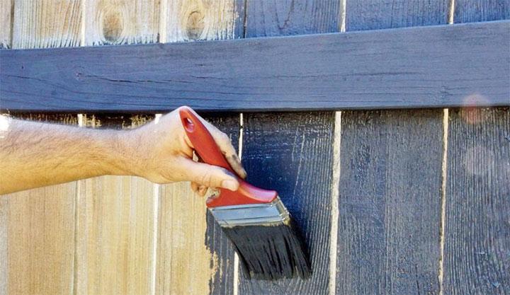Нанесение краски на забор