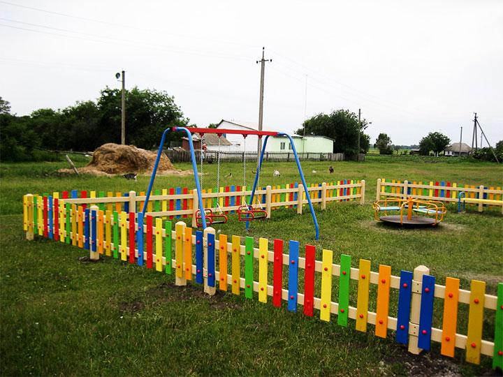 Ограждение из штакетника для детской площадки