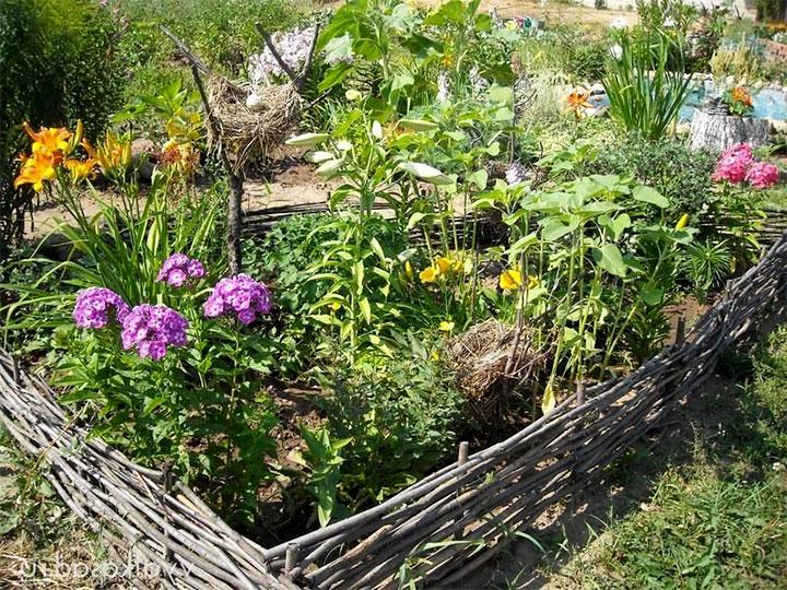 Плетенный тын для цветника