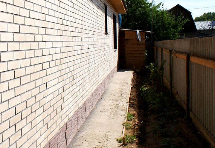 Тропинка между забором и жилым домом