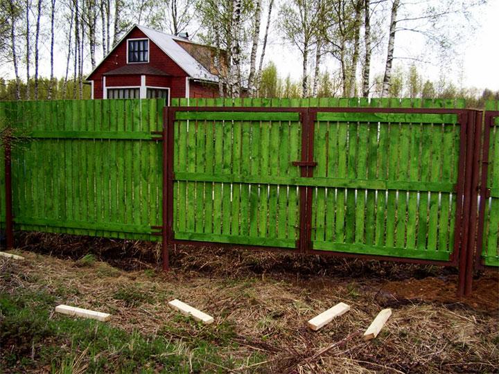 Зеленые ворота из дерева