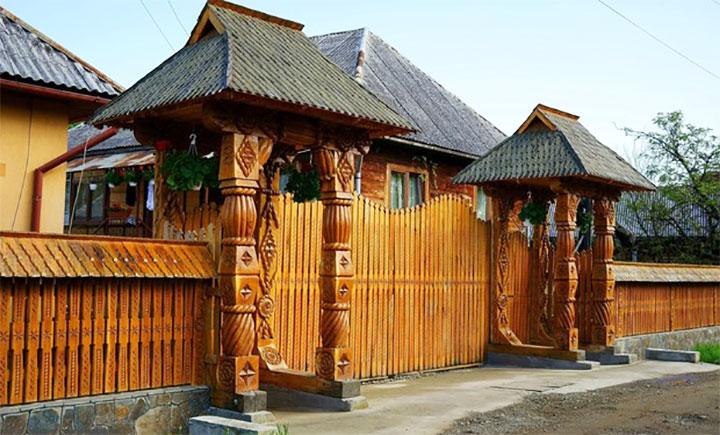 Забор и ворота для частного дома в славянском стиле