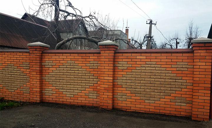 Сплошной кирпичный забор с рисунком