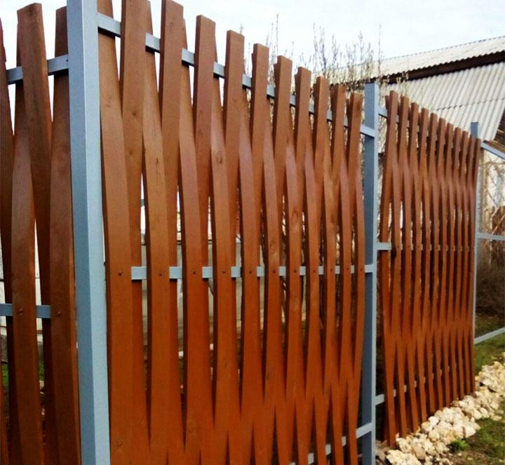 Горизонтальный забор из штакетника и металлокаркаса