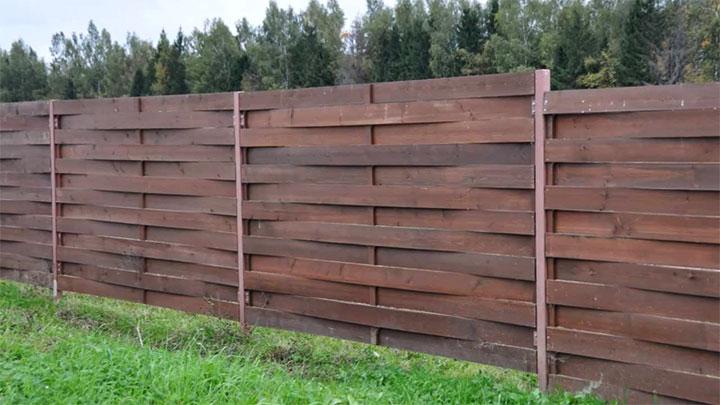 Переплетенный забор из досок