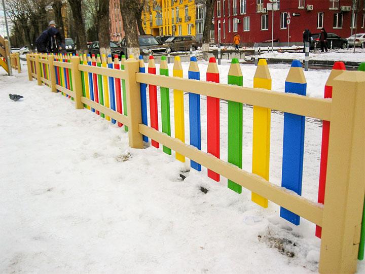 Забор из досок, оформленных как цветные карандаши