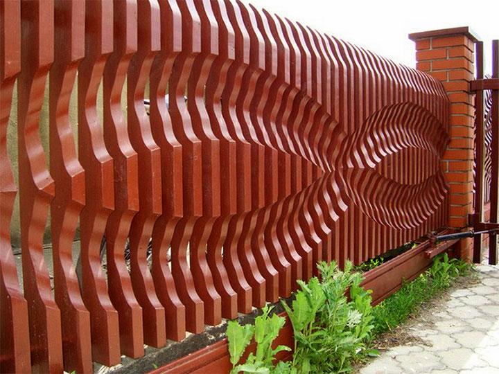 Забор с фигурными досками