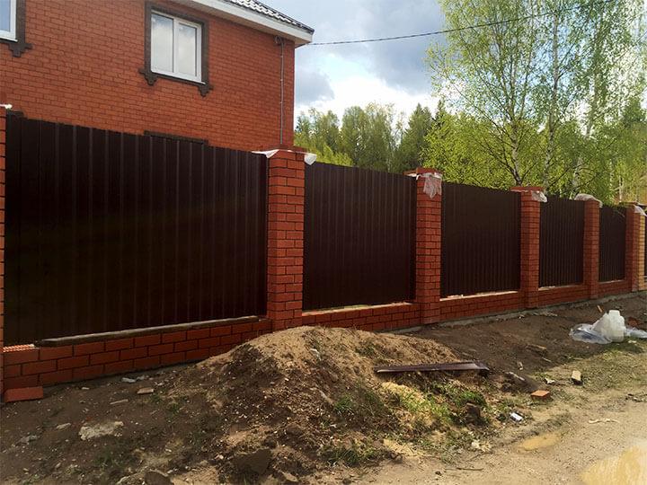 Забор из красного кирпича и профлиста