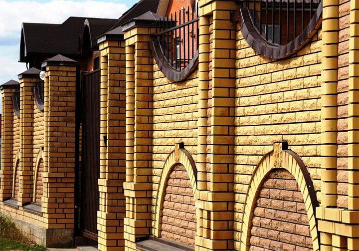 Двухметровый забор из облицовочного кирпича