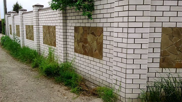 Забор из силикатного белого кирпича с декоративными вставками