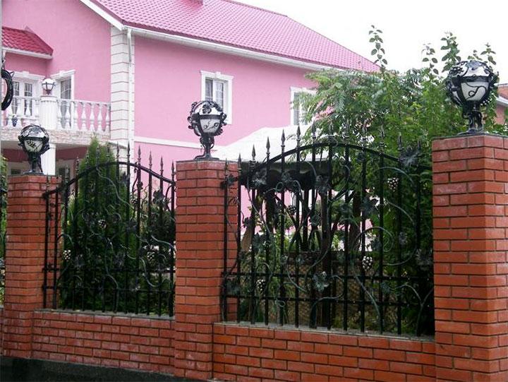 Забор с декоративными уличными светильниками
