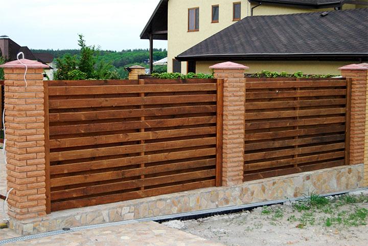 Забор с горизонтальным расположением досок
