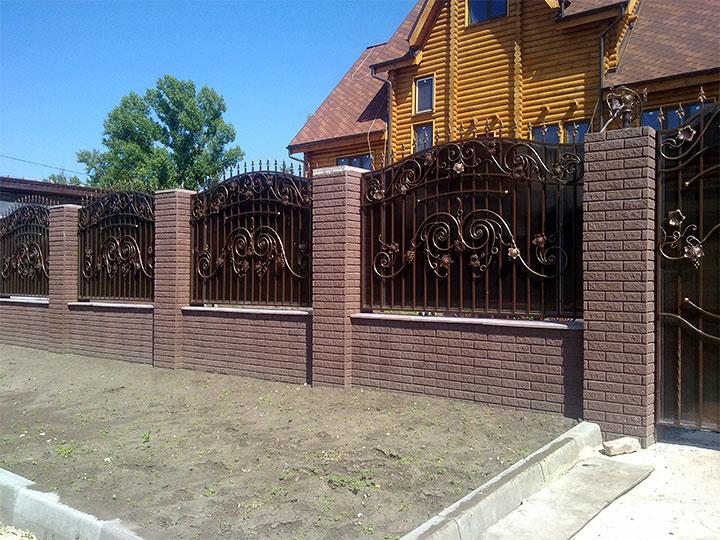 Забор с кованными пролетами