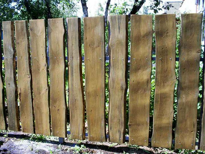 Вертикальный забор из необрезной доски