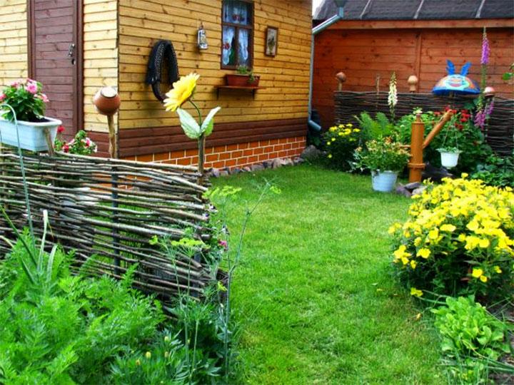 Декорирование плетеной ограды