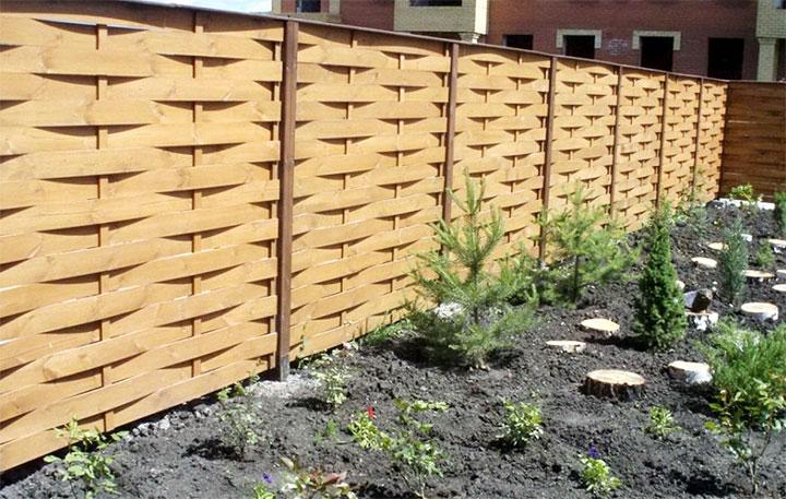 Деревянный забор между участками