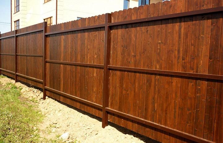 Деревянный забор с каркасом из металлопрофиля