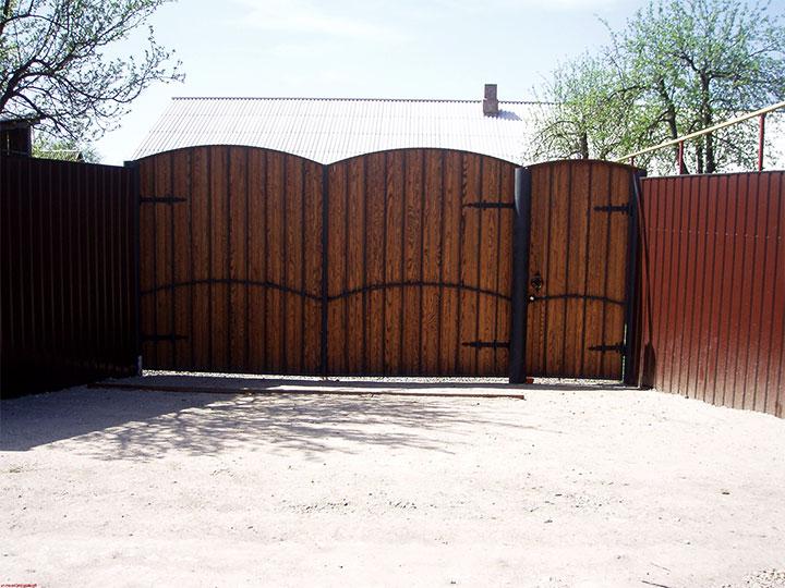 Металлические ворота с имитацией дерева