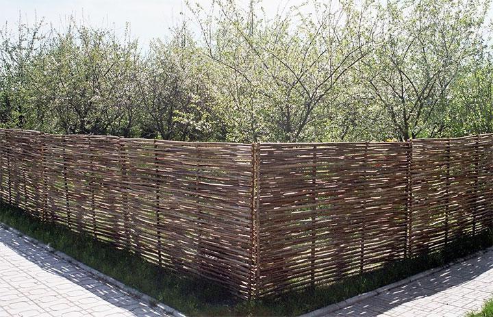 Ограждение для сада из прутьев