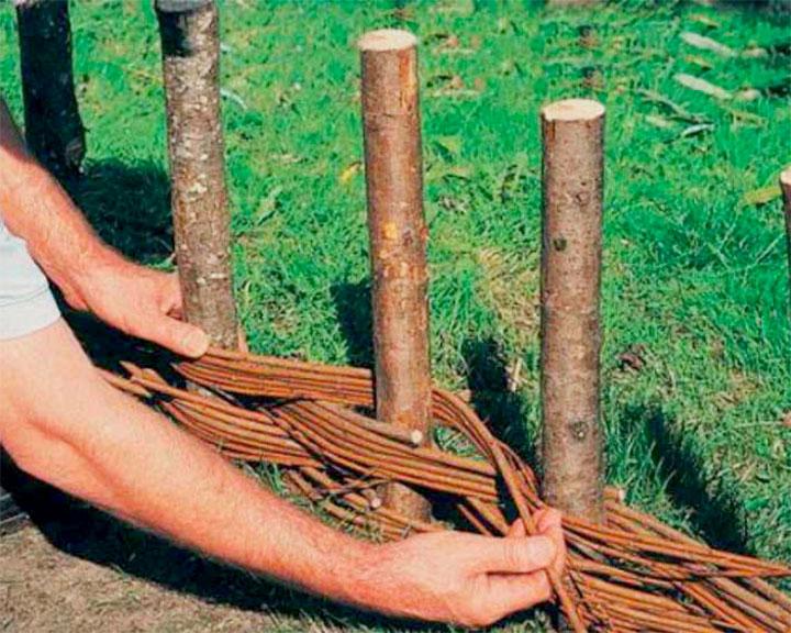 Плетение ограды для клумбы