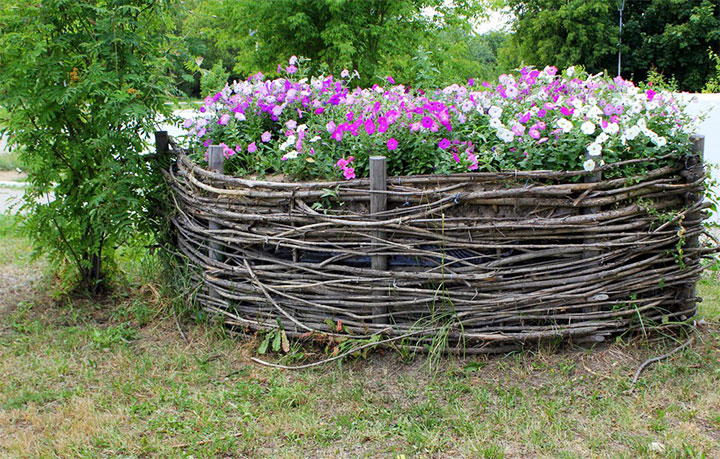 Ограждение клумбы плетеным забором