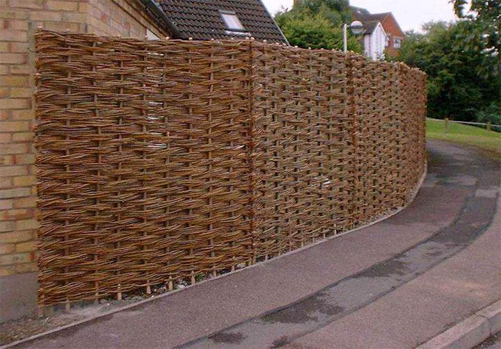Плетенный забор для частного дома