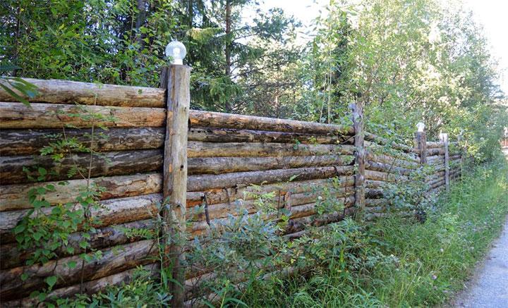 Старый забор с горизонтальным расположением бревен