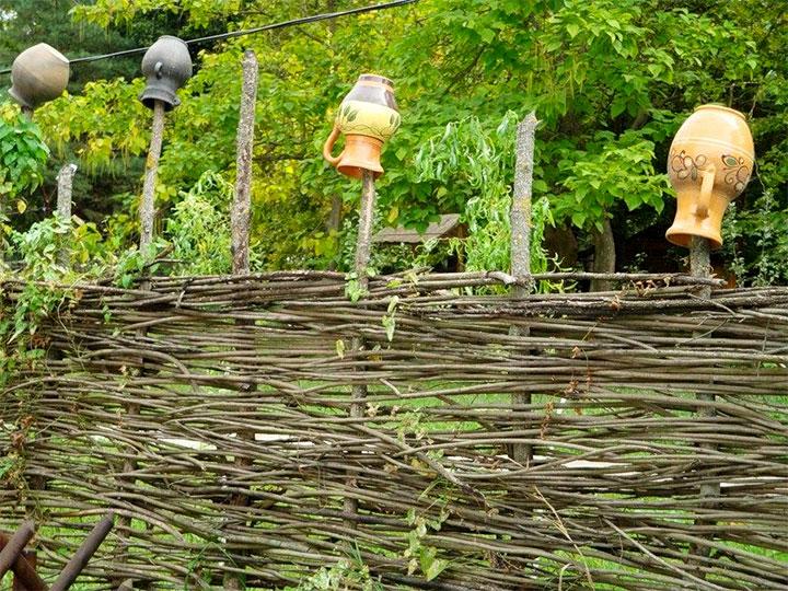 Тын декорированный горшками