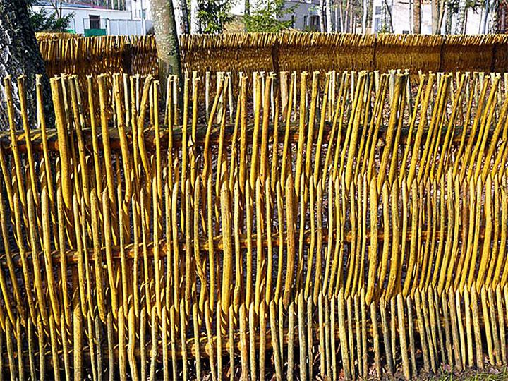 Вертикальная плетенная ограда