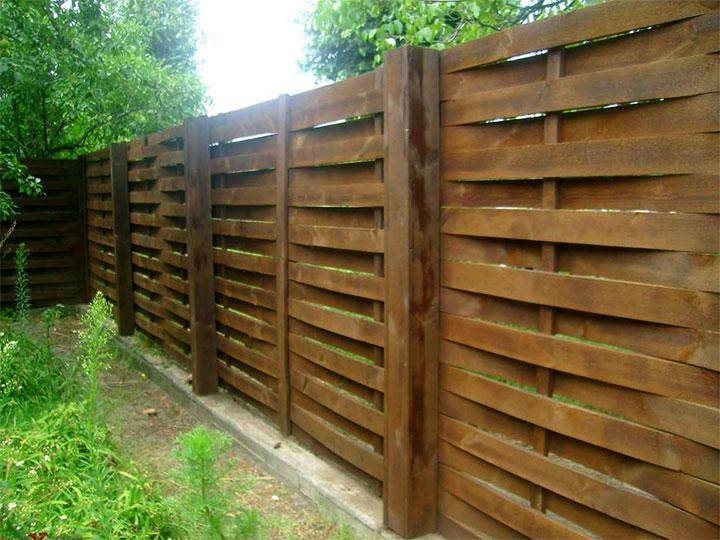 Забор из досок на ленточном фундаменте