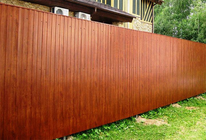 Забор из профнастила из имитации дерева