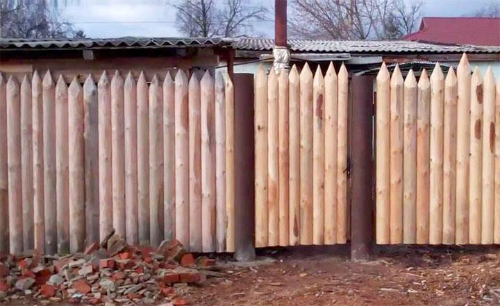 Бревенчатый вертикальный забор