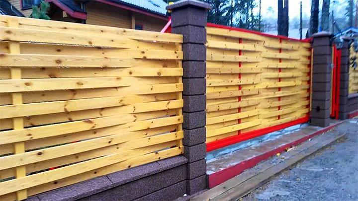 Забор-плетенка с кирпичными столбами