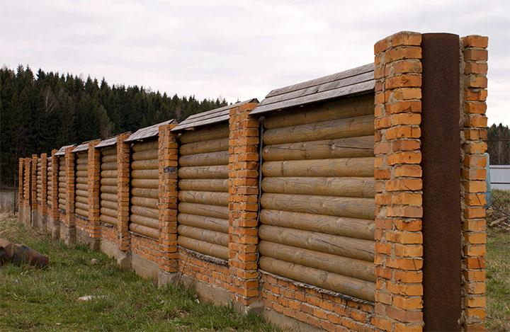 Забор с горизонтальным расположением бревен