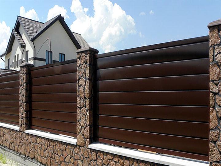 Забор с пролетами из металлосайдинга