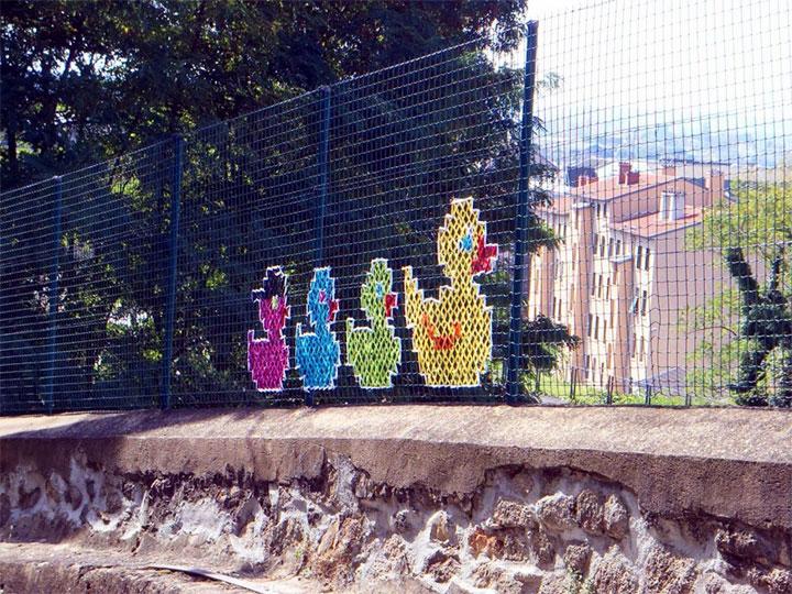 Декоративная вышивка на заборе из сетки