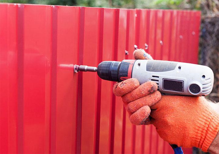 Забор из профнастила своими руками 121 фото установка универсального ограждения из профлиста и металлопрофиля