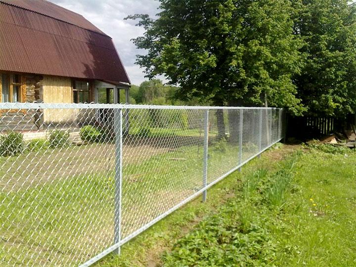 Недорогой забор из сетки-рабицы