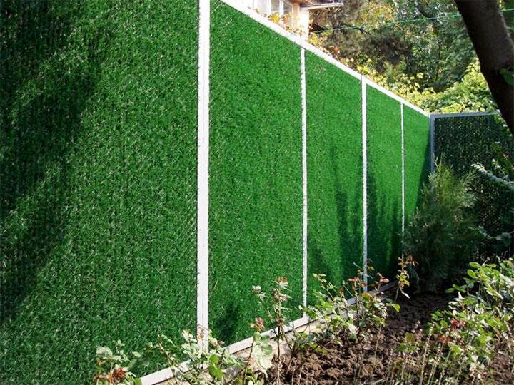 Ограда декорированная искусственной хвоей