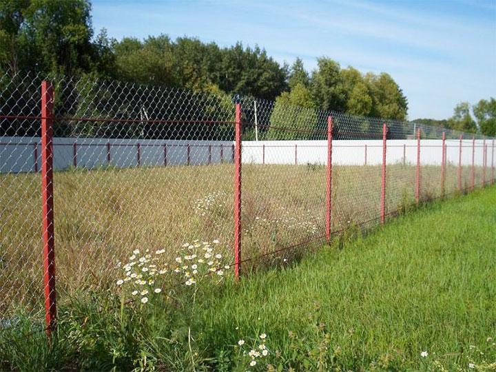 Ограда из сетки-рабицы на металлических столбах