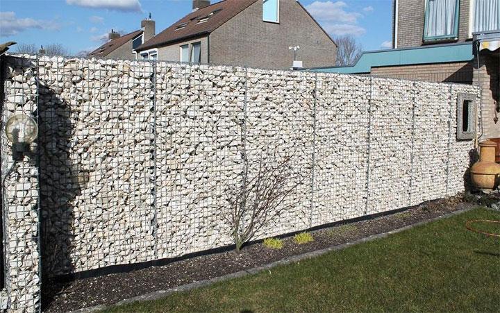 Ограждение из сетки с камнями