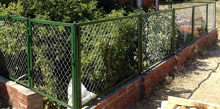Секционная ограда из сетки-рабицы