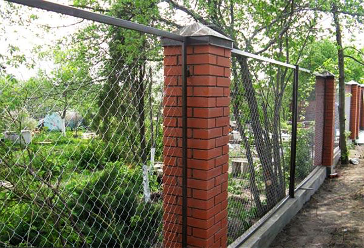 Секционный забор из сетки-рабицы с кирпичными столбами