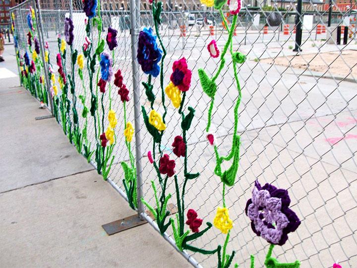 Украшение ограды из сетки цветными веревками